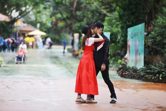 李茂、弦子《如果爱?为爱同行》甜蜜拥吻.jpg