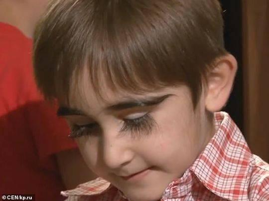 逆天!男孩睫毛长达4.3厘米 成俄罗斯睫毛最长的人