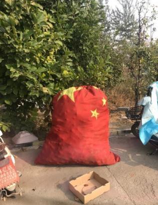 京昆高速服务区用国旗做垃圾袋 官方:别上纲上线