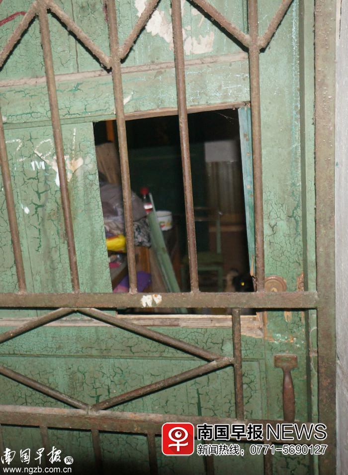 独居老人养七八条狗还买动物内脏晾晒 多次被砸门