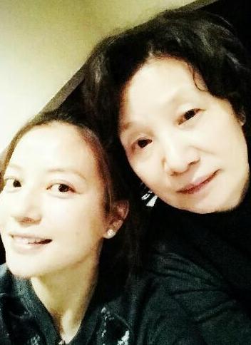 赵薇凌晨发文为母亲庆生:生日快乐!我爱你!