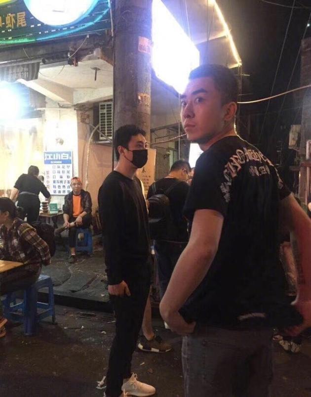 网友长沙街头偶遇王思聪 排队吃路边摊超接地气
