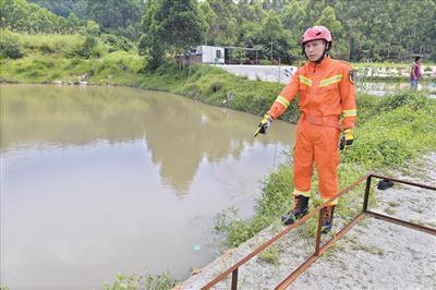 司机倒车坠塘被困,休假中消防员数次潜水救人