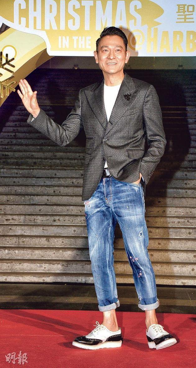 昨晚(11月20日),刘德华前往尖沙嘴出席亮灯仪式,当他宣布入纸红馆开演唱会时,现场围观粉丝立刻狂呼叫好。