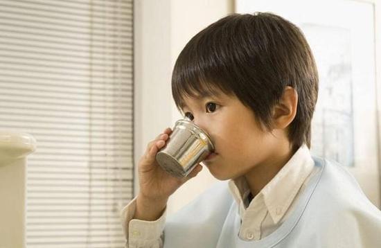 饭后用茶水漱口 定期洗牙、看牙医:不像欧美国家每个人都有自己的牙医,中国人没有养成定期看牙医的好习惯。通常来讲,建议每半年去看一次牙医,及时掌握自己的牙齿情况。另外,洗牙也是国人忽视的一项。正确刷牙能够去除牙齿表面的牙菌斑,但牙结石需要通过洗牙来去除,科学的做法是每年洗1-2次牙。