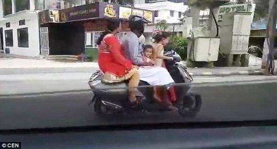 老司机!5岁女孩开摩托 载父母和3岁妹妹上路狂奔