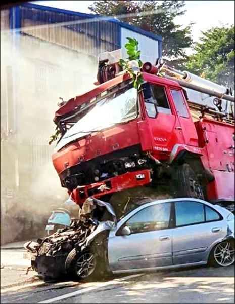 台湾一消防车刹车失灵连撞9车 司机恐赔60多万元
