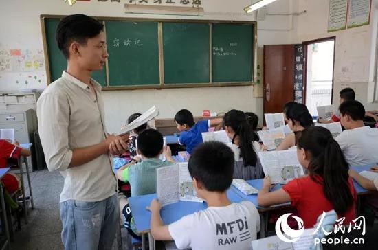 图为南昌市珠市小学教师杜同师在课堂上给孩子们上语文课