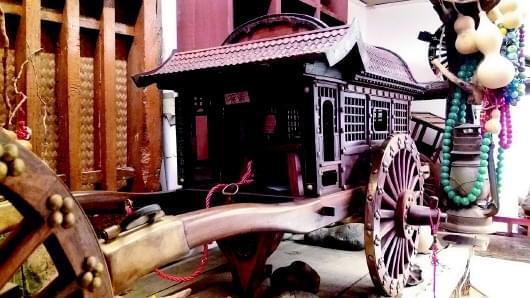 上世纪二三十年代,济南南岗子曾开起一家杨家木铺,专做马车和家具。作为它的第四代传人,杨崇华如今却用杨家老木工手艺做起了古车马,意在还原中国的古车文化史。不仅如此,他还第一次还原了济南老火车站模型,圆了许多济南人的一个心愿。   口述人:杨家木铺第四代传承人 杨崇华 采访整理:本报记者 于悦   木艺世家开店 韩复榘亲笔题名   杨家木铺传承到现在已有一百多年的历史了,从我的祖爷爷开始,到我是第四代。说起我们家应该是木艺世家,就是在我祖爷爷以前也都是做木工活的,就靠这门手艺养家糊口,家有良田千顷,