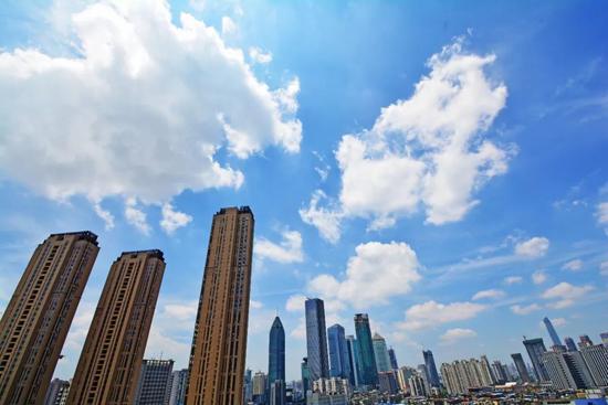 蓝天白云下的武汉记者杨涛摄