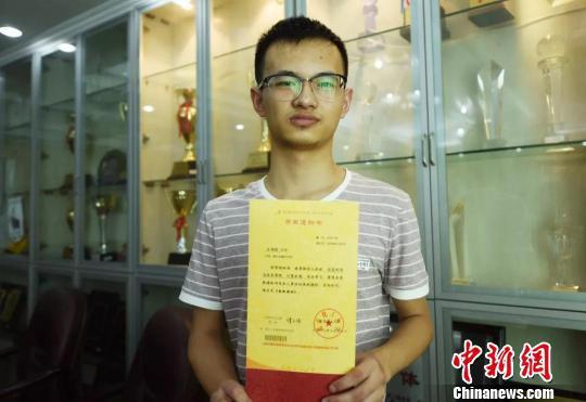 图为:石炜刚手捧奖状。杭州市残联供图