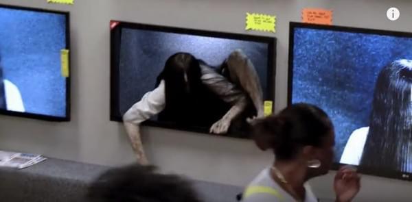 美版《午夜凶铃3》宣传噱头吓坏商场中购买电视的顾客的照片