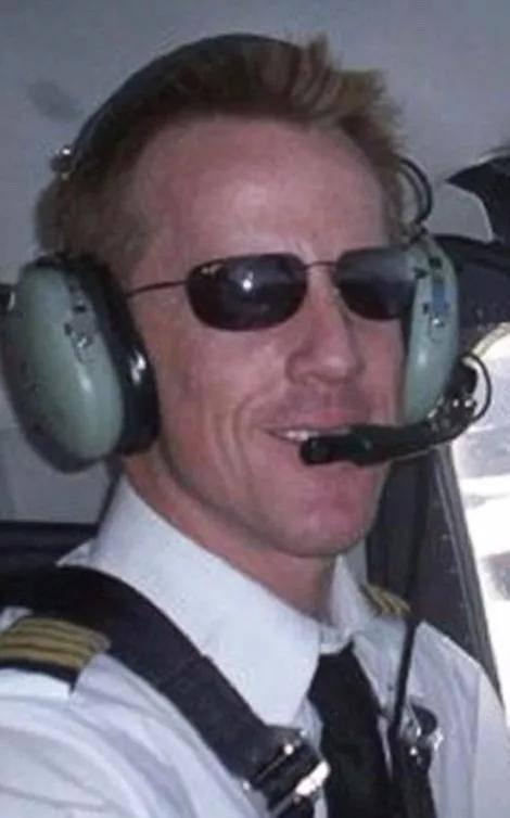 英国富豪自拍时打昏飞行员致坠机 一家5口全部遇难