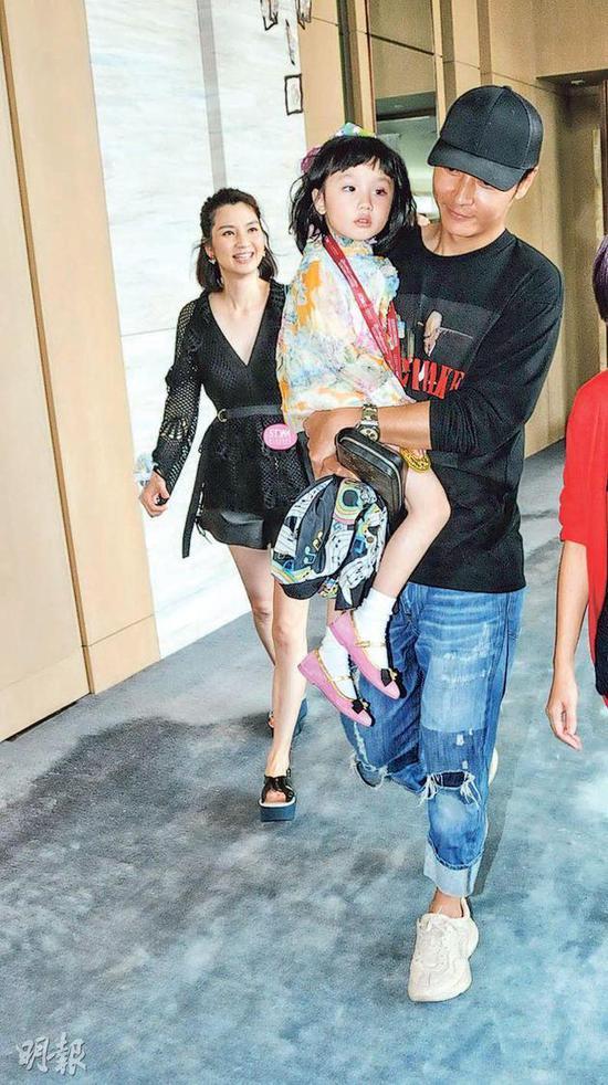 张丹峰与经纪人传绯闻后,首次与洪欣公开露面,他抱着爱女匆忙入场,洪欣甜笑跟随。