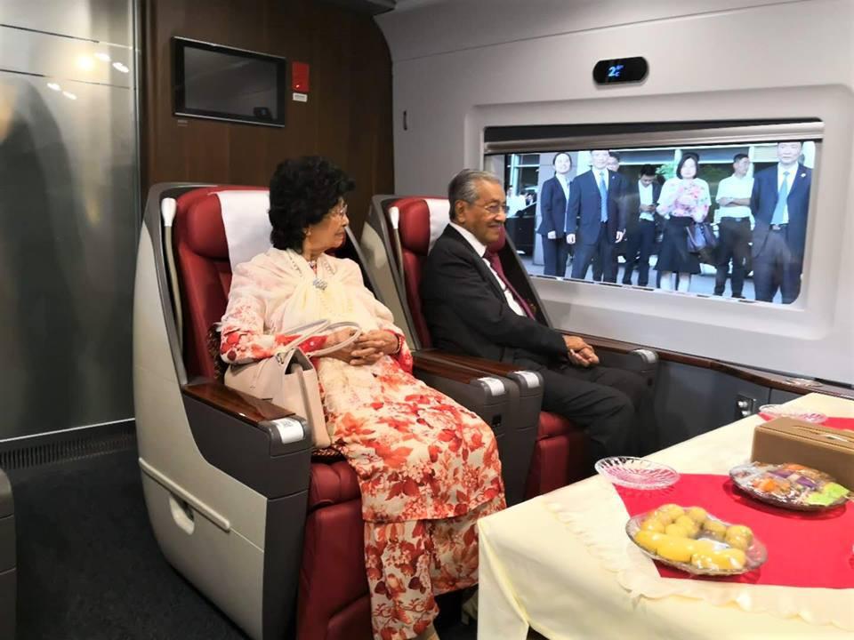 去北京前 马来西亚总理马哈蒂尔先体验了把高铁