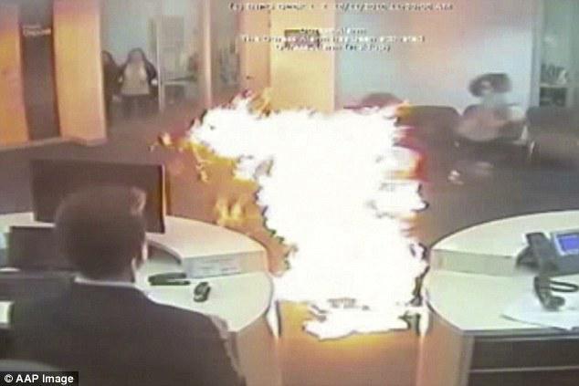 男子不满银行排队时间太长倒汽油自焚两年后终认罪 大火致26人受伤