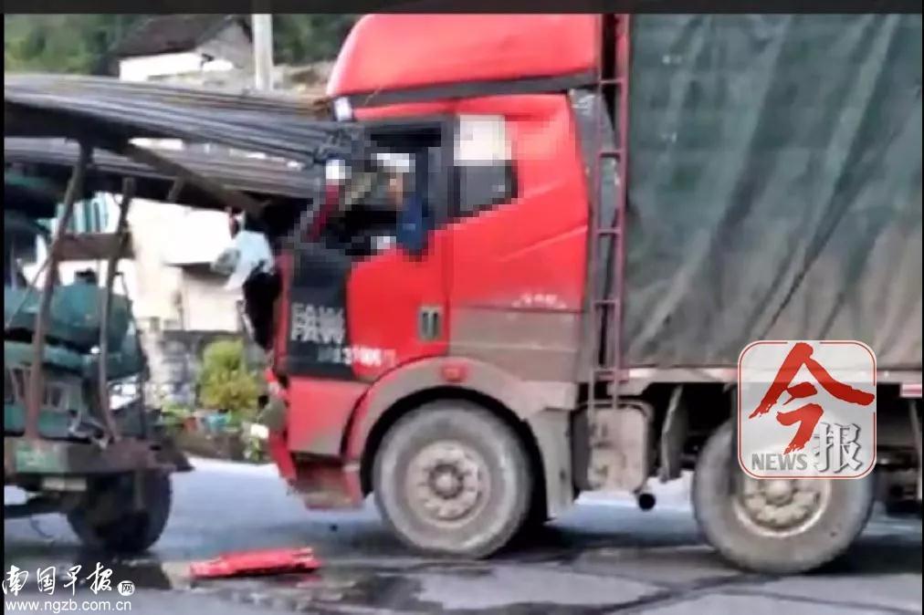 广西两车相撞:成捆钢筋插入对向驾驶室 司机身亡