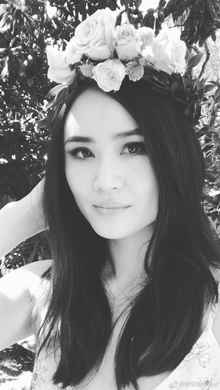 李小鹏娇妻晒黑白自拍照 头戴花环美似仙女