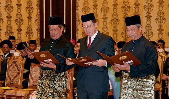 5月21日,在马来西亚吉隆坡,新任马来西亚国防部长穆罕默德・萨布(左)、财政部长林冠英(中)和内政部长毛希丁・亚辛宣誓就职。当日,马来西亚新内阁在吉隆坡国家皇宫宣誓就职。图/新华