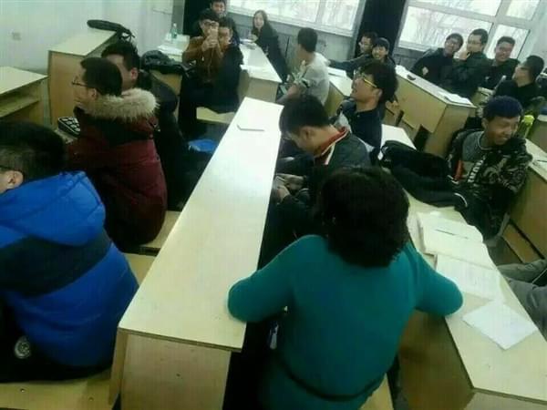 课堂玩《王者荣耀》无法自拔 女老师坐旁边表情亮了的照片 - 2