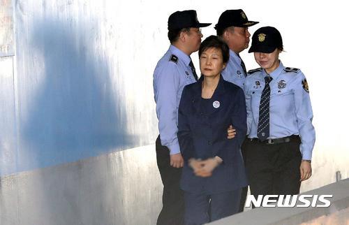 """加刑!朴槿惠""""干政门""""案二审获刑25年 一审获刑24年"""