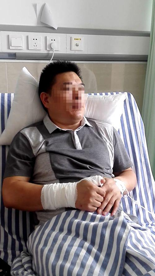 医生在手术室交换间遭无端殴打 警方带走涉事人员