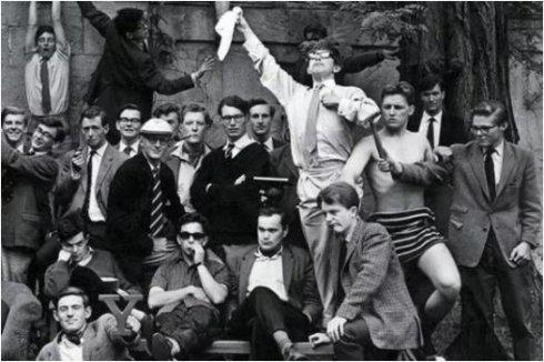 牛津游艇俱乐部合照,图中持手帕者为霍金