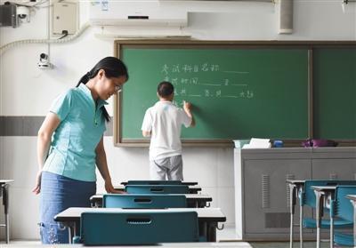 6月6日,北京101中学,监考老师在考场做最后检查。