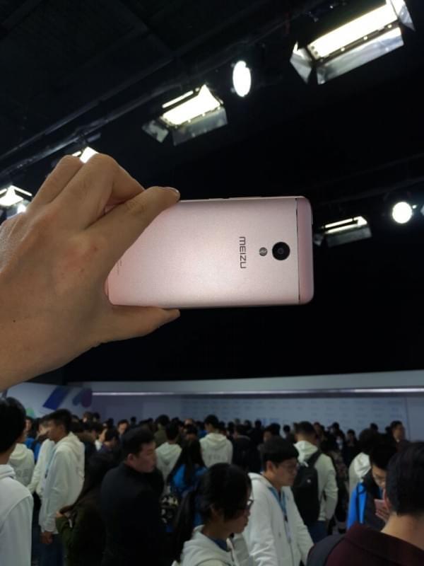 魅蓝5s现场真机上手 16/32GB售价799/999元的照片 - 2
