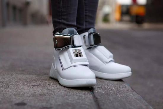 最难买的鞋子 让你走哪都能有WiFi用
