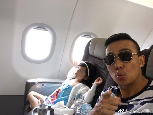刘畊宏带女儿早起赶飞机 小泡芙翻白眼俏皮搞怪