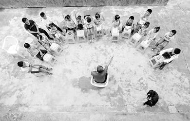 重庆退休教授贵州避暑 6年免费给当地孩子上课