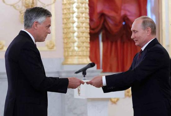 美新驻俄大使洪博培向普京递交国书 曾任驻华大使