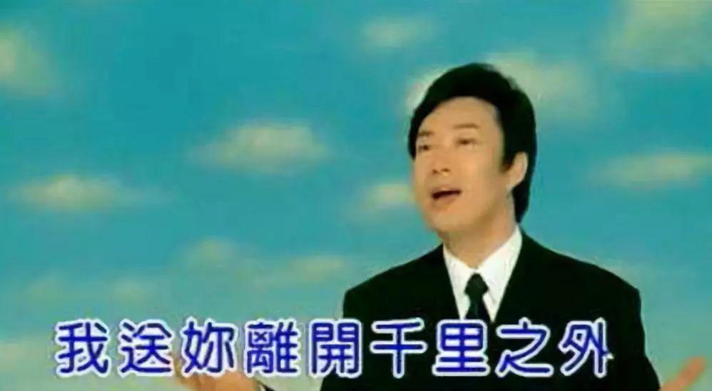 日本歌手钻进巨大透明球中表演,结果滚进了大海