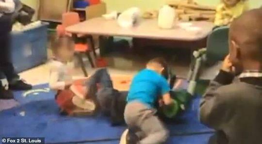 """托儿所变""""搏击俱乐部""""让幼儿互殴 老师呐喊助威"""