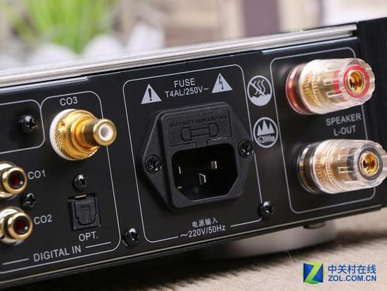 两路左声道输出端口 信号输出部分,AD-68PRO分别配备了两路左声道输出端口和两路右声道输出端口,便于用户接驳自家的音响使用。电路方面则采用了单端输入、双端输出的差分放大电路和镜像恒流源负载,此举可以大幅改善电压放大级的电压增益和稳定性。