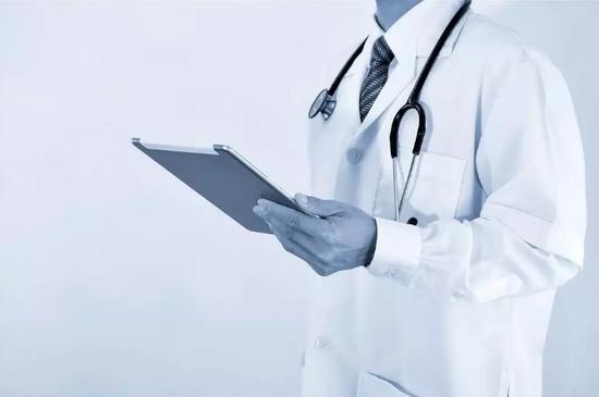 60万医学生仅10万从医年轻人为何不愿穿白大褂?