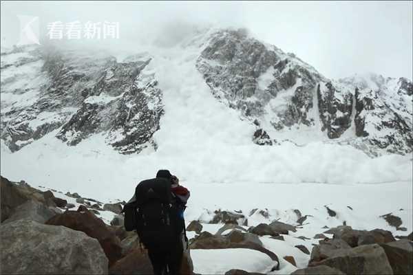 惊险!登山客登山突遇大雪崩 急躲岩石缝幸免于难