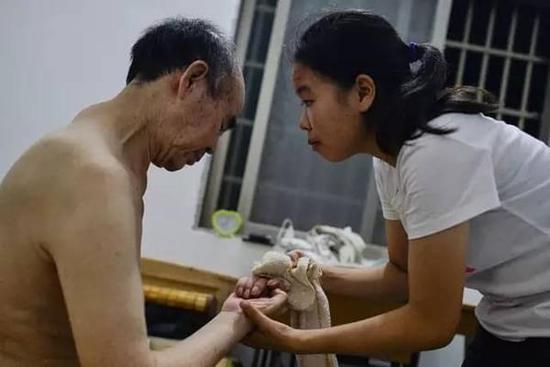 女孩推着瘫痪父亲上大学 华中师大免费提供宿舍