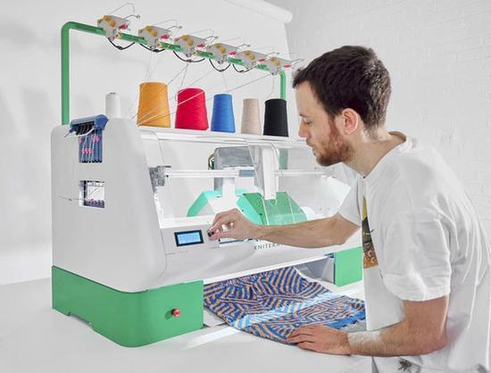 缝纫机发明200年后卷土重来的新式智能缝纫机的照片 - 1