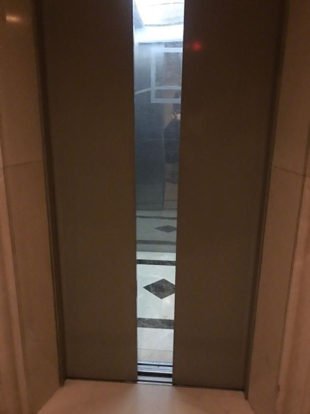 熊乃瑾晒被她掰开的电梯门