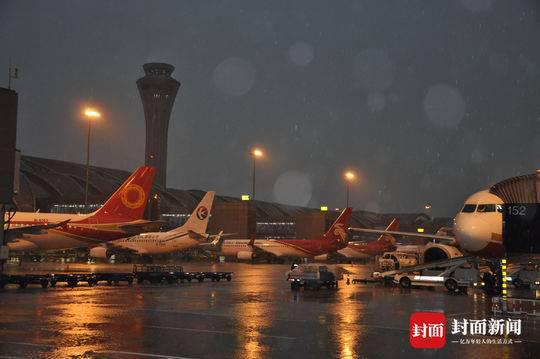 连遭两次雷暴天气 成都双流机场发灾害性天气预警