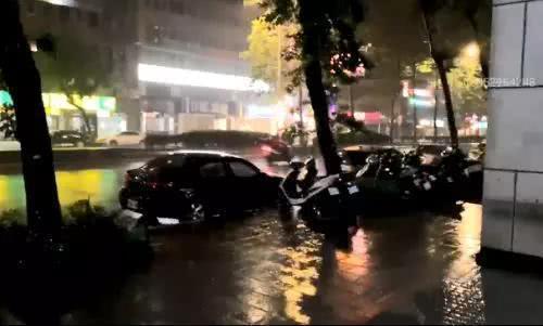 """台风""""玛莉亚""""逼近 福州各大超市被抢购一空"""