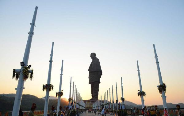 """莫迪为印度""""世界最高雕塑""""揭幕 当地农民讨征地款"""