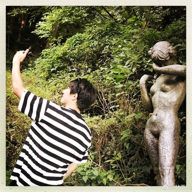 林更新晒与裸体雕像合影 笑称:姑娘别害羞