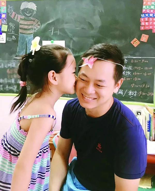 7岁女孩目睹父亲跳江人 自制奖状颁给爸爸