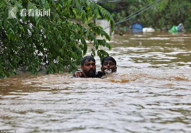 印度一栋楼坐泥石流而下没散架 洪灾已致324人死