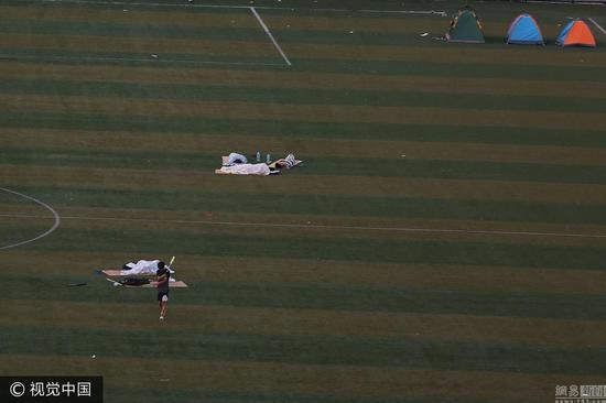 西安持续高温 大学生在足球场过夜