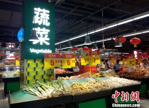 超市里的蔬菜区。中新网记者 李金磊 摄