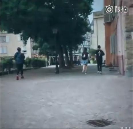 黄晓明赵薇街头狂奔被拍 网友:减肥的人跑步上班